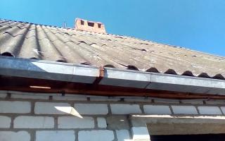 Как сделать водосливы с крыши шиферной